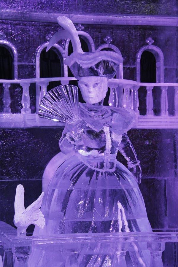 A instalação do gelo de uma mulher em uma máscara feita do gelo imagem de stock