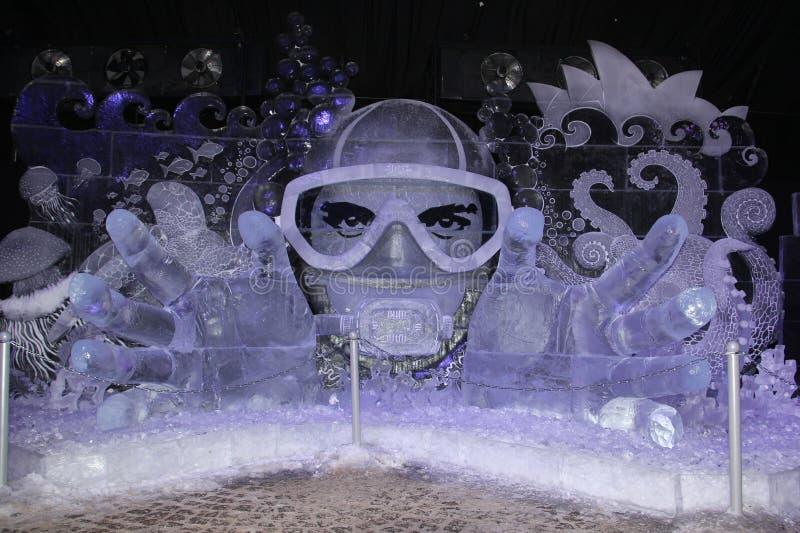 A instalação do gelo Fantasia subaquática do gelo congelado sob a forma de um mergulhador em uma máscara foto de stock