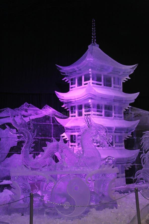 A instalação do gelo O dragão e o templo chinês imagens de stock royalty free