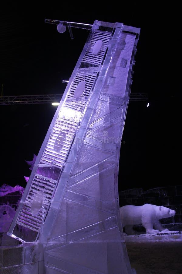 A instalação do gelo sob a forma de um período aumentado da ponte imagens de stock royalty free