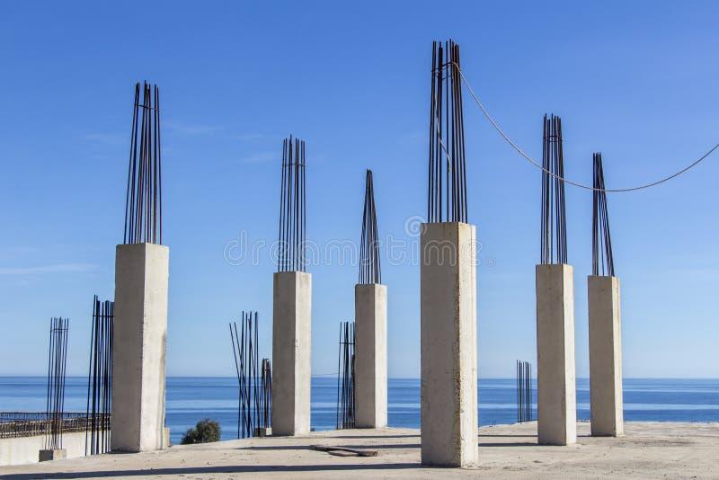 A instalação do reforço, colunas concretas com o mar no fundo fotos de stock royalty free