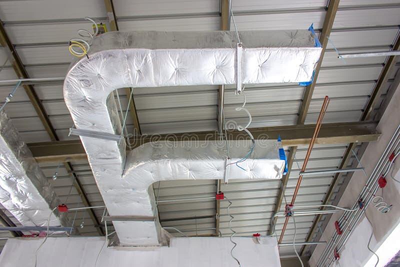 A instalação do sistema de condicionamento de ar, teto desencapado da pele imagens de stock royalty free