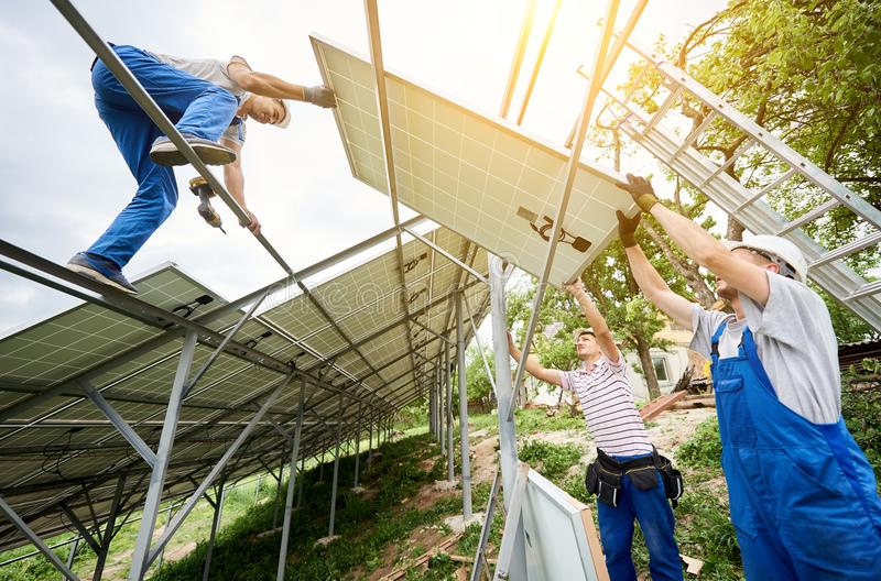Instalação do sistema voltaico do painel da foto solar foto de stock royalty free