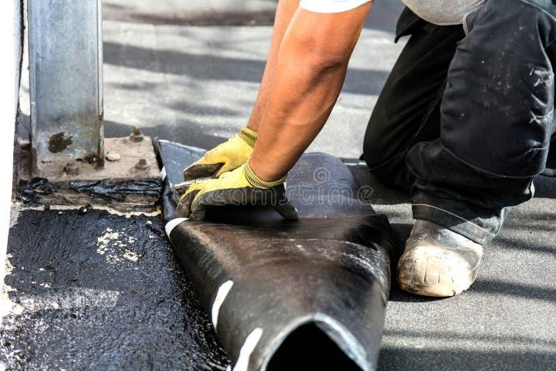 A instalação do telhado liso Feltro de aquecimento e de derretimento do telhado do betume imagem de stock royalty free