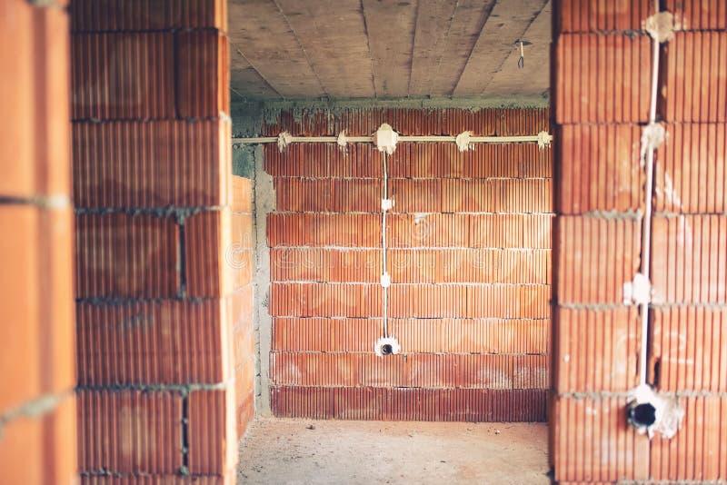 A instalação dos fios e tubulações elétricas da eletricidade no canteiro de obras da casa nova fotos de stock royalty free