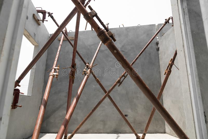 A instalação dos painéis de parede pré-fabricados da construção imagem de stock