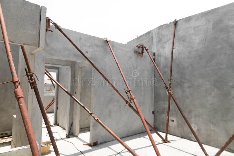 A instalação dos painéis de parede pré-fabricados da construção foto de stock