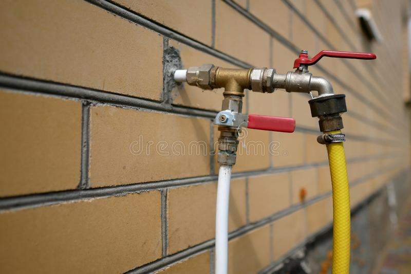 A instalação feia do close-up das tubulações de água fotografia de stock
