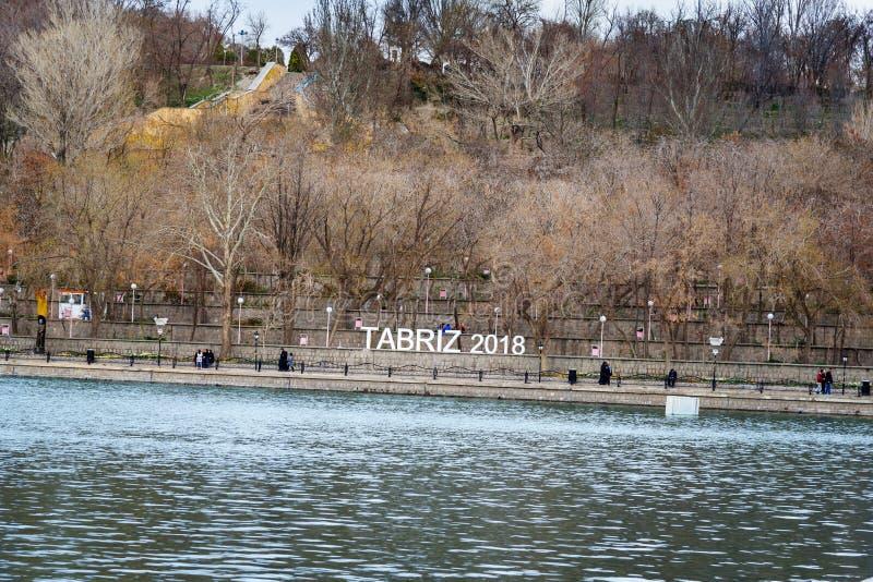 A instalação na rua sob a forma do texto em inglês: TABRIZ 2018 EL Golu do parque em Tabriz Azerbaijão do leste irã fotografia de stock