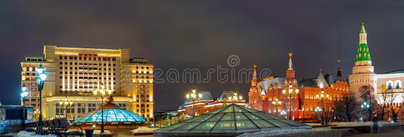 A instalação no quadrado de Manege, torre de canto do Natal do arsenal Vista bonita das construções da cidade antiga Rússia fotos de stock