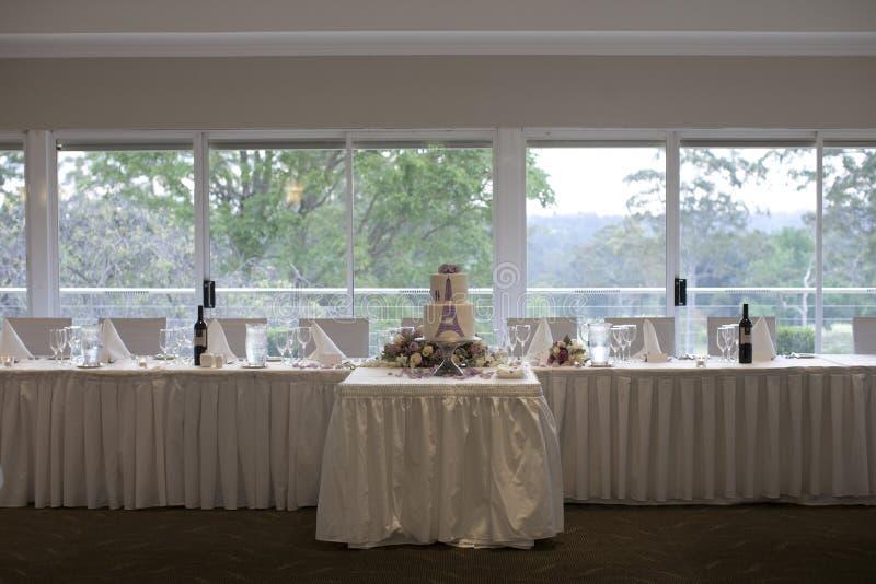 Instalação nupcial da recepção do bolo da tabela e de casamento imagens de stock