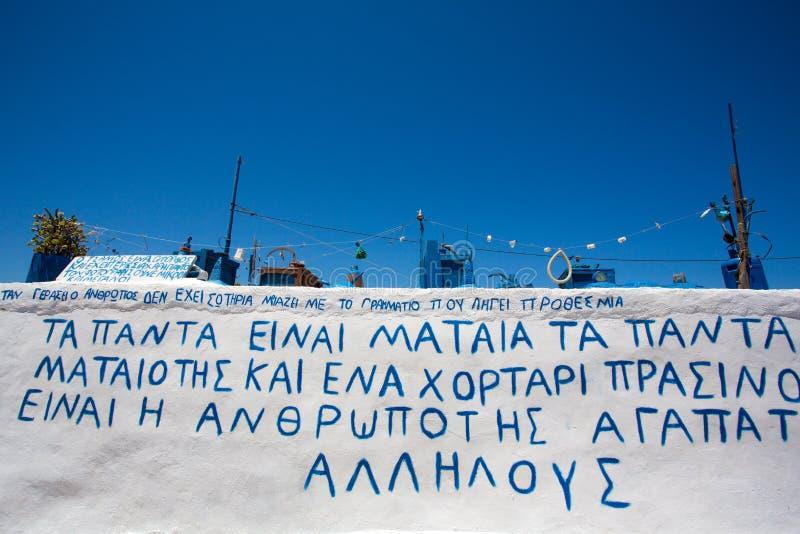 Instalación artística en un tejado de una casa en Folegandros, fotos de archivo