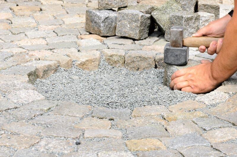 Instalación de bloques de la piedra fotos de archivo