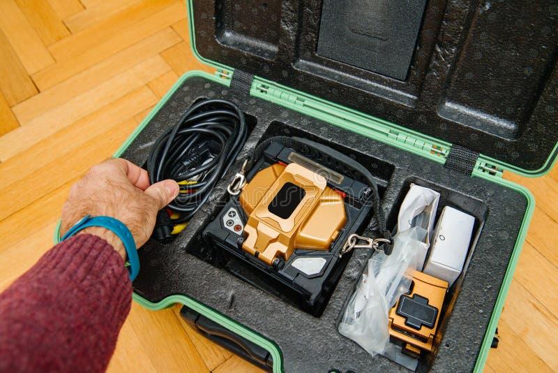 Instalación de la fibra óptica en casa imagen de archivo