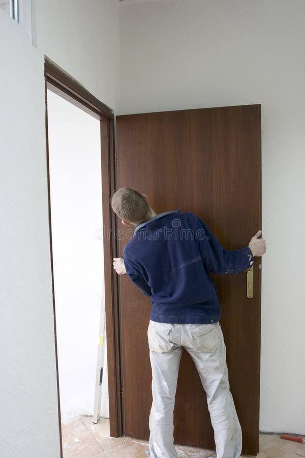 Instalación de las puertas imagenes de archivo