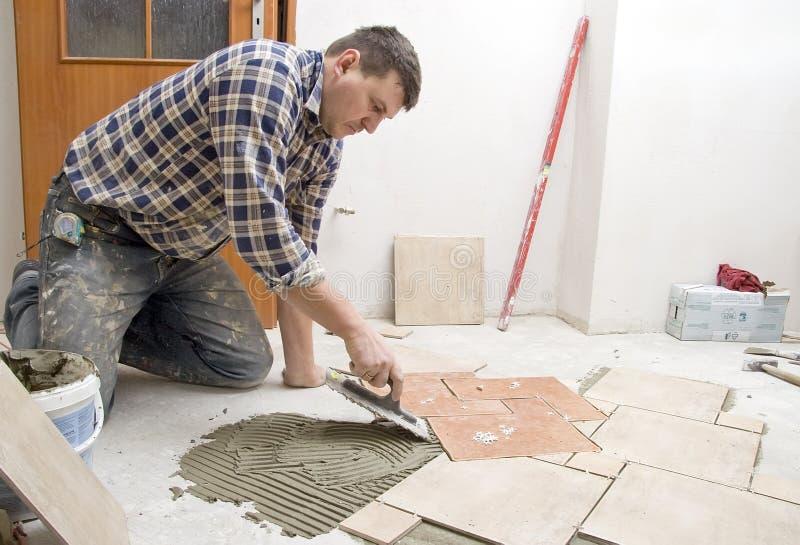 Instalación de los azulejos de suelo imágenes de archivo libres de regalías