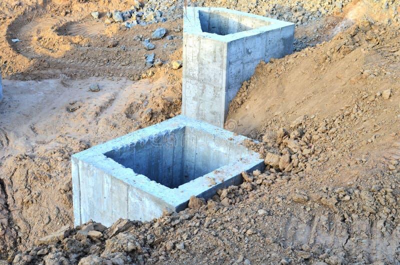 Instalación de los pozos concretos de la alcantarilla en la tierra en el emplazamiento de la obra fotografía de archivo libre de regalías