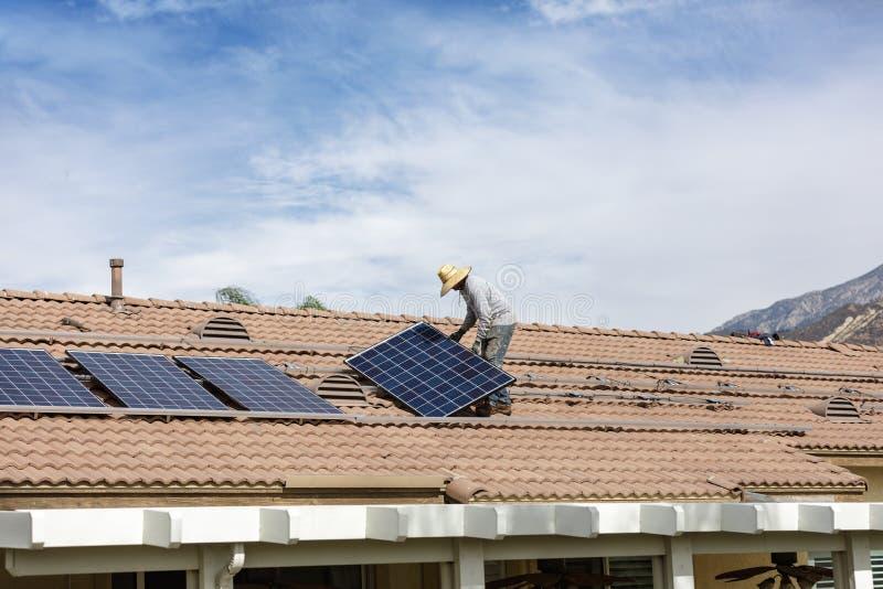 Instalación de nuevo solar en residencia imagenes de archivo