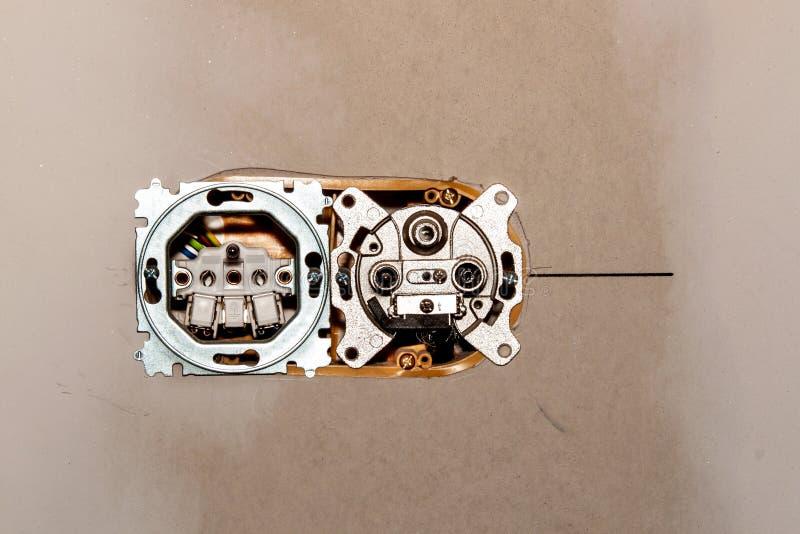 Instalación de nuevos cajones eléctricos en cartón yeso Enchufe de la antena y del satélite Distribución de la electricidad foto de archivo