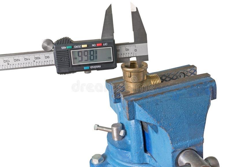 Instalación de tuberías de cobre de la medida con un calibrador electrónico fotos de archivo libres de regalías