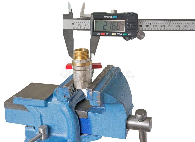 Instalación de tuberías de cobre de la medida con un calibrador electrónico fotografía de archivo libre de regalías