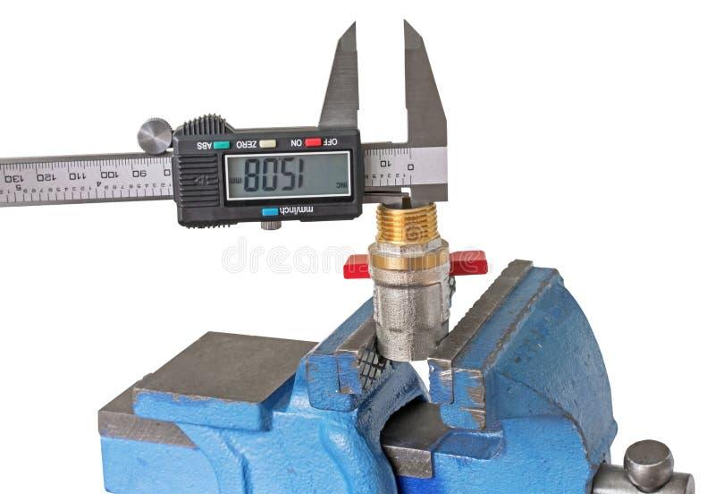 Instalación de tuberías de cobre de la medida con un calibrador electrónico imagenes de archivo
