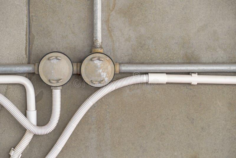 Instalación de tubos del ce del conducto de la serie del sistema de cable PVC y del gris del fondo fotografía de archivo