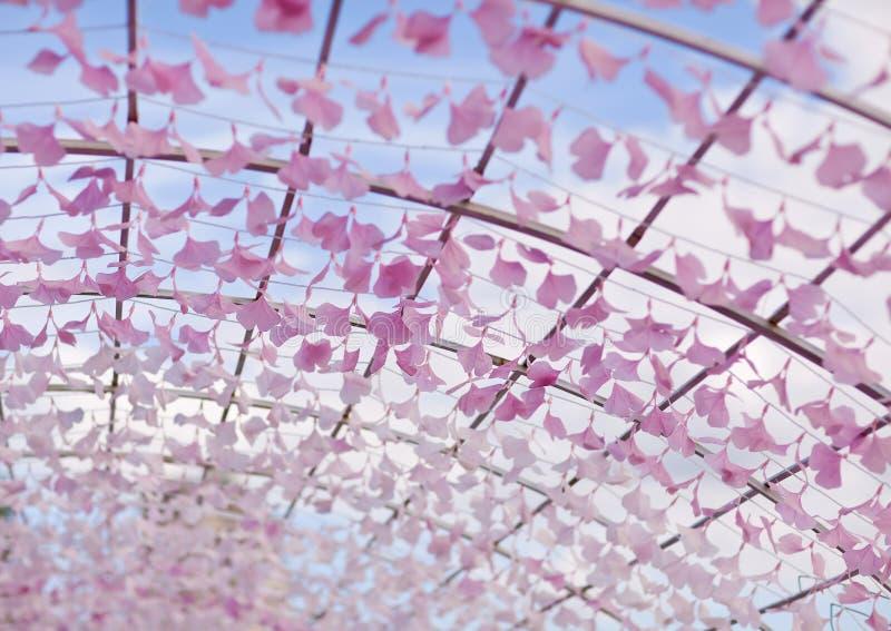 Instalación del arte bajo la forma de arco con los pétalos de la flor fragmento astana foto de archivo libre de regalías
