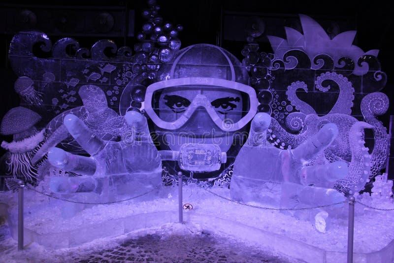 Instalación del hielo Fantasía subacuática del hielo congelado bajo la forma de buceador en una máscara foto de archivo