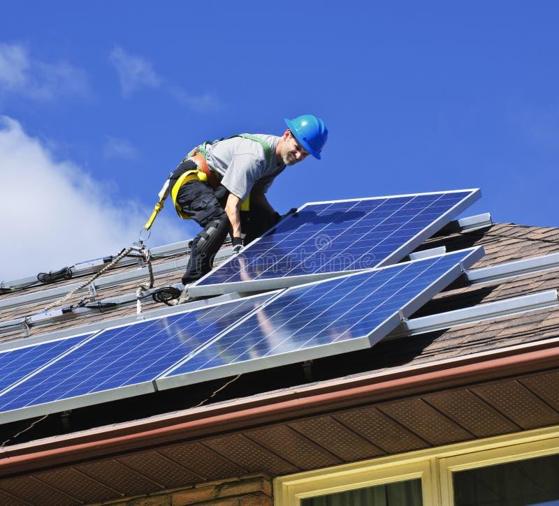 Instalación del panel solar foto de archivo libre de regalías