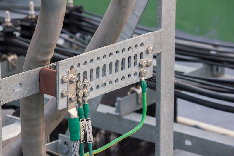 Instalación del sistema del cable de toma de tierra con el marco de acero fotos de archivo libres de regalías