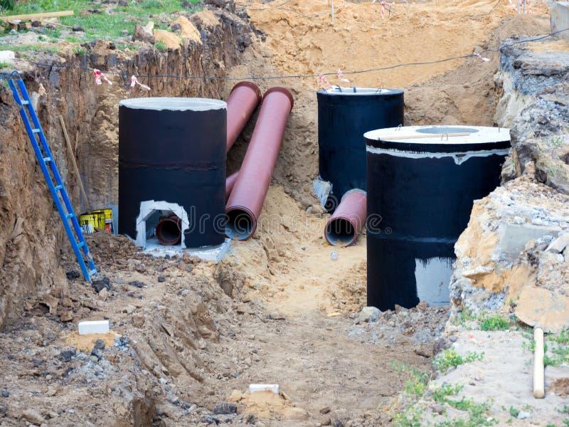 Instalación del sistema de aguas residuales durante la construcción de una nueva casa imagenes de archivo