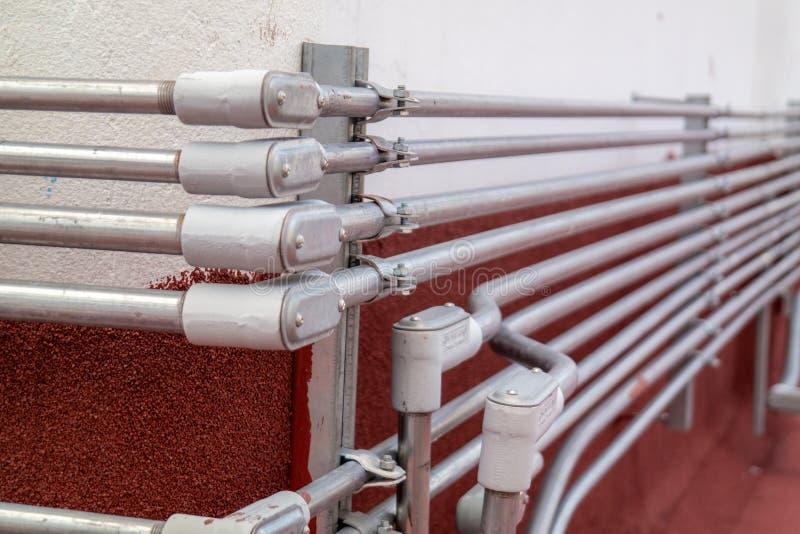 Instalación eléctrica de los tubos de las líneas eléctricas fotos de archivo
