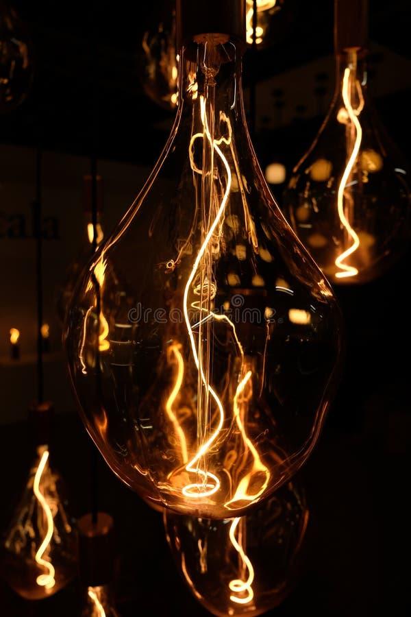 Instalación ligera, mostrando la lámpara de cristal transparente y la bombilla con el filamento fotografía de archivo