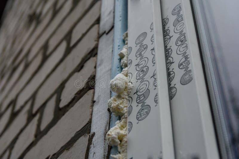 Instalaci?n de la ventana moderna hecha de perfiles del PVC fotografía de archivo