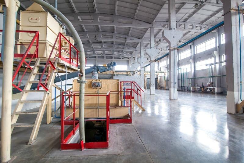 Instalaciones de producción con el tanque en la fábrica produciendo bloques foto de archivo libre de regalías