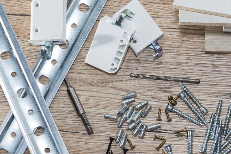 Instalacja chipboard meble w ciesielka warsztacie Akcesoria i narzędzia dla cieśli obrazy royalty free