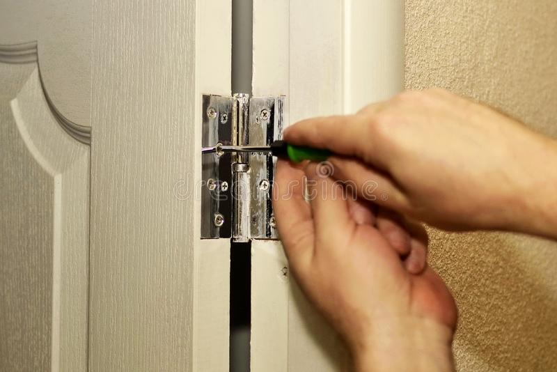 Instalacja drzwiowi zawiasy, naprawy w mieszkaniu zdjęcie royalty free