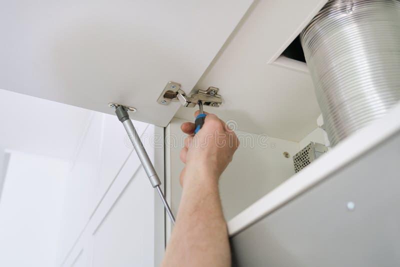 Instalacja meble Zbliżenie pracownicy ręka i mebli szczegóły fotografia royalty free