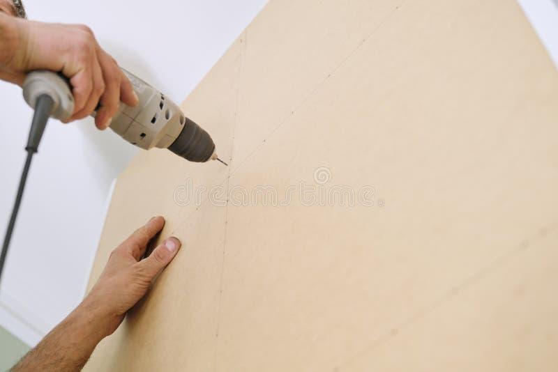 Instalacja meble Zbliżenie pracownik ręka z profesjonalistów narzędziami i mebli szczegółami obraz stock