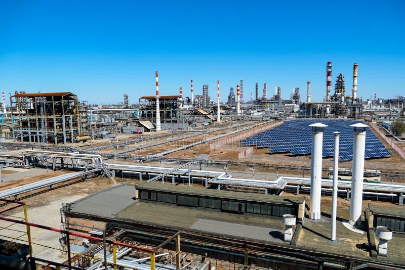 Instalacja panel słoneczny przy anPart technologiczna kolumna przy rafinerią dla manufaktury lekcy produkci obróbcy ropi naftowej zdjęcie royalty free