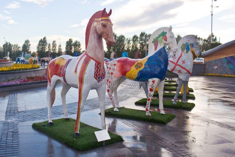 Instalacja w postaci postaci konie, malować w ornamentów ethnos, żyje w Kazachstan zdjęcie stock