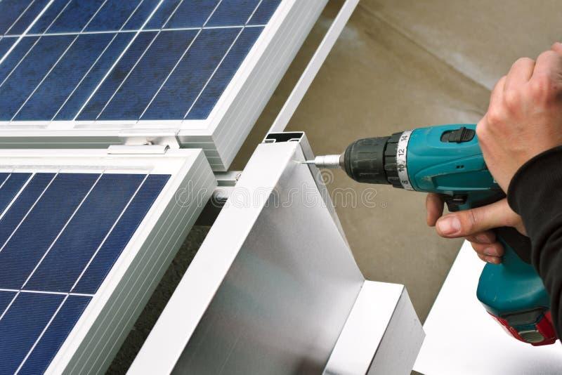 Instalacja windbreaker na panelu słonecznym obraz stock