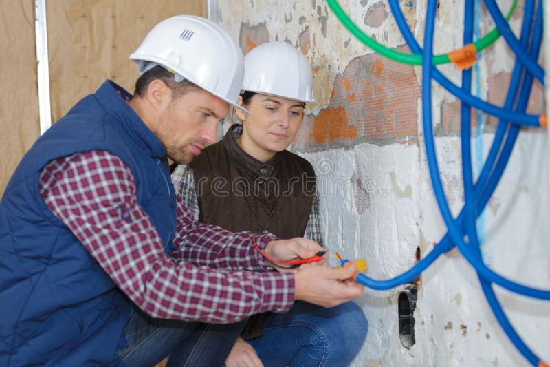 Instalacyjnego nowego czarnego pe septyczny zbiornik w budowie zdjęcia royalty free