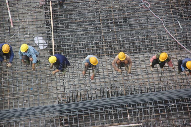 Instalacyjny stalowy kościec pracownicy przy SHENZHEN budową obrazy royalty free