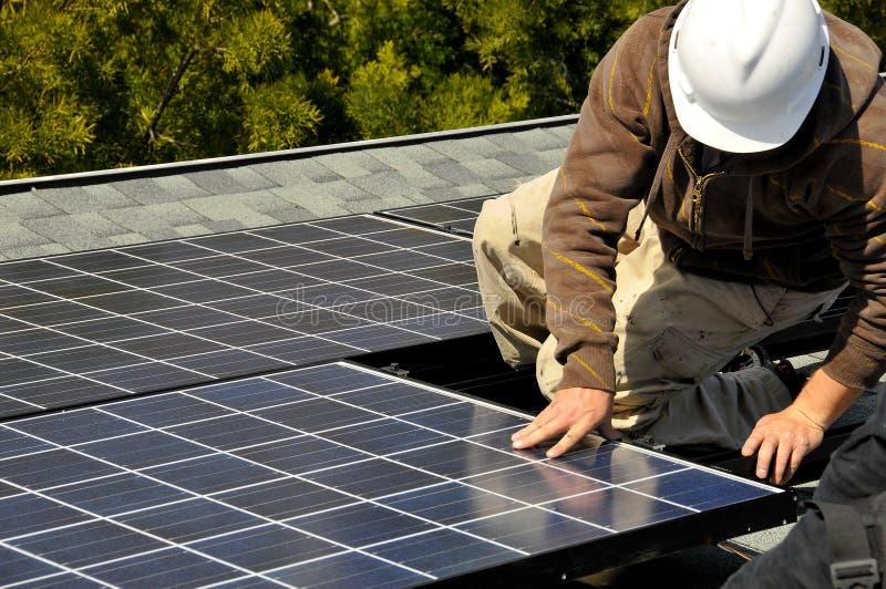 Instalador 2 del panel solar imagenes de archivo