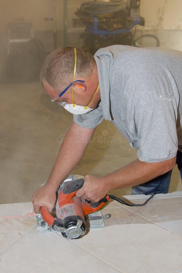 Instalador da telha cerâmica imagens de stock