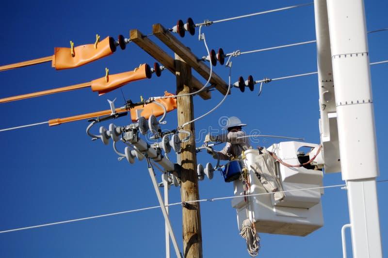 Instalador de líneas de la compañia de electricidad imagenes de archivo