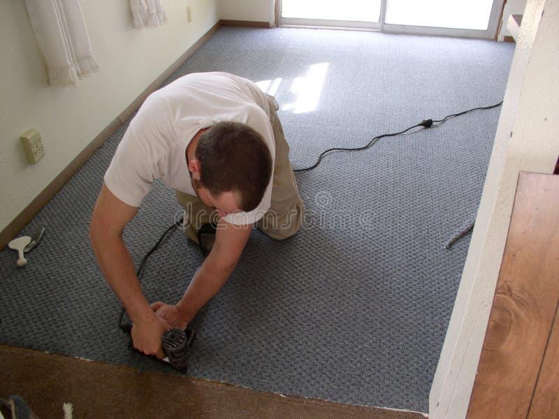 Instalador de la alfombra imagen de archivo libre de regalías