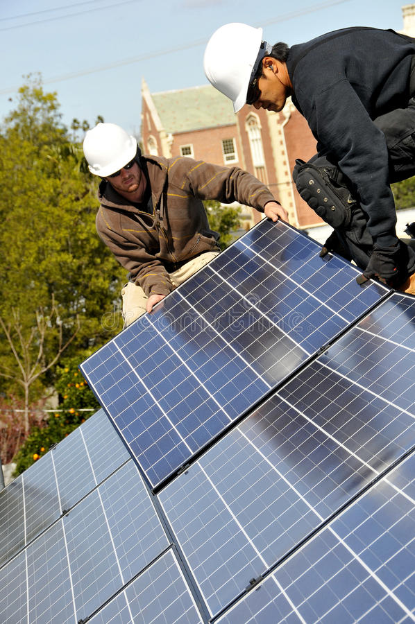 Instaladores 3 del panel solar imagenes de archivo